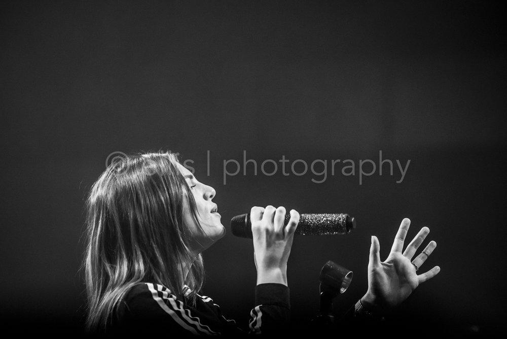 Zwart wit fotografie. Portret van Maan tijdens haar concert in Apeldoorn Gigant. Foto credit Ellis Peeters Photography