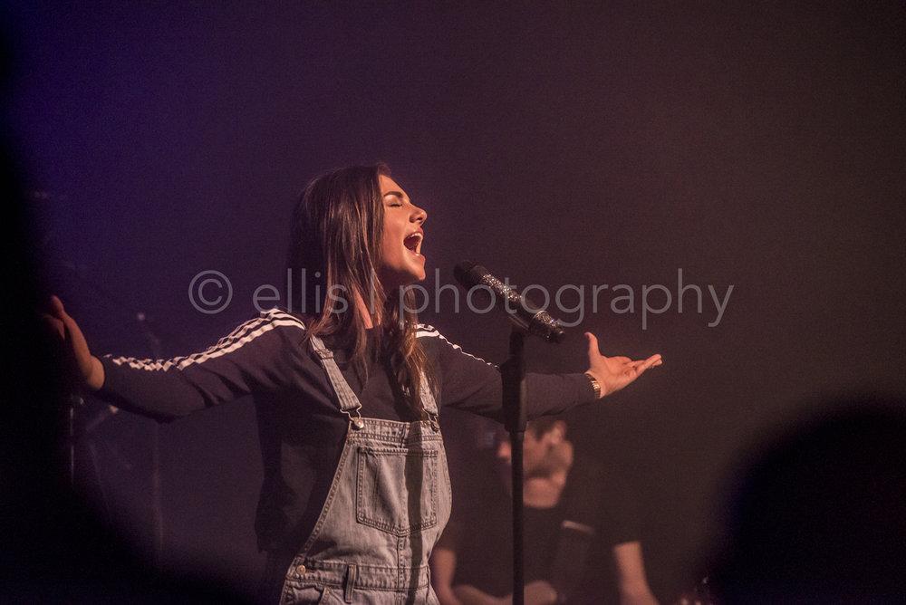 Maan in volle overgave tijdens haar concert bij Gigant Apeldoorn. Foto genomen door Ellis Peeters Photog