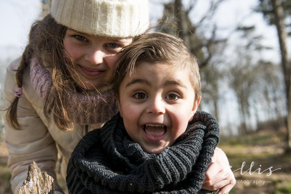 Portret foto van een broertje en zusje in het bos. Spontane portretfotografie door Ellis Peeters Photography