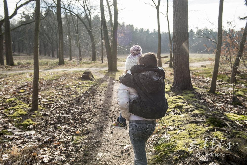 Spontane foto van kinderen in het bos. Kinderfotografie door Ellis Peeters photography