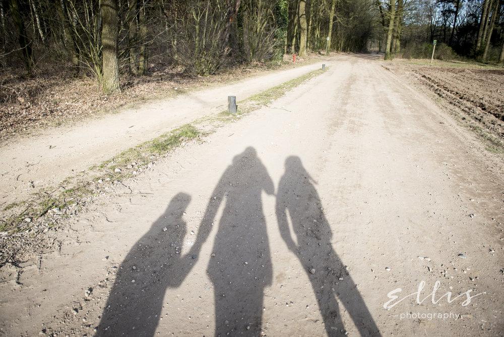 Schaduw van fotograaf met jongetje en meisje, neefje en nichtje. Ellis peeters Photography
