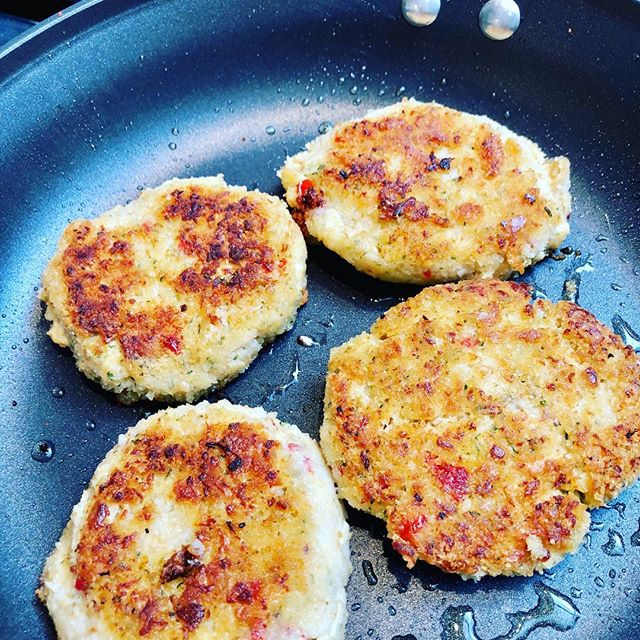 Plant based crab cakes. Yep, you read that right. Who makes em?  Us.  Just us. #hungryplanetcrab #crabcakes #plantprotein