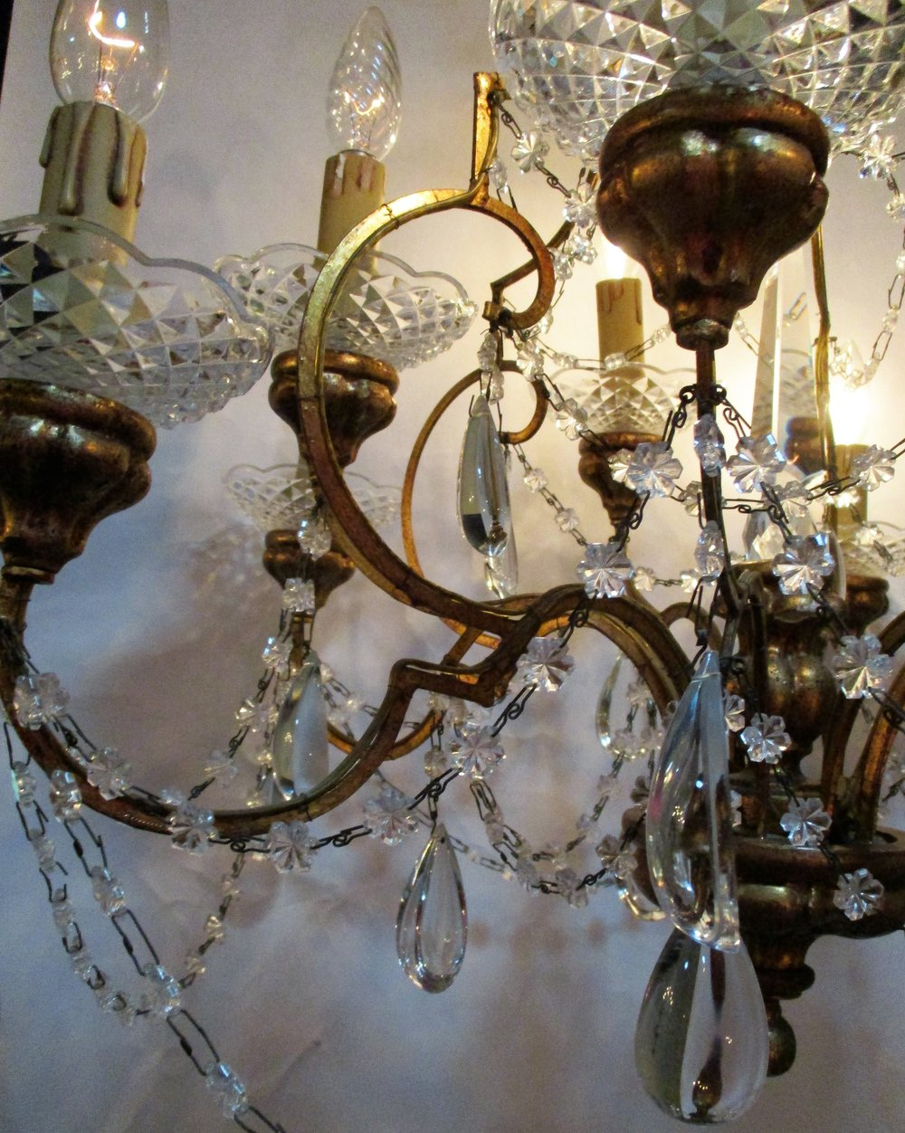 Italian 1940s ten light gilt wood pear crystal chandelier