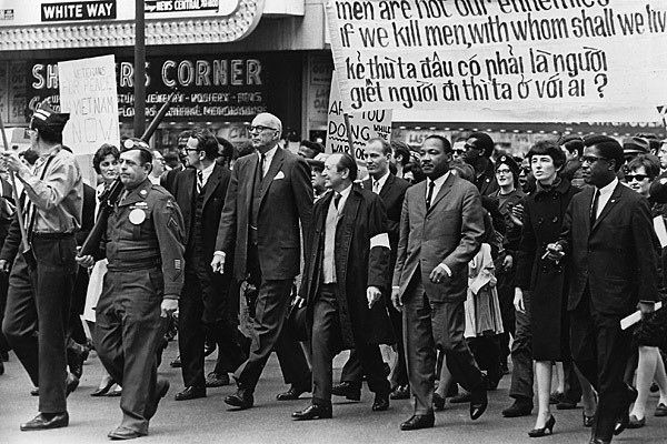 mlk-vietnam-march-chicago-1967-latimes.jpg