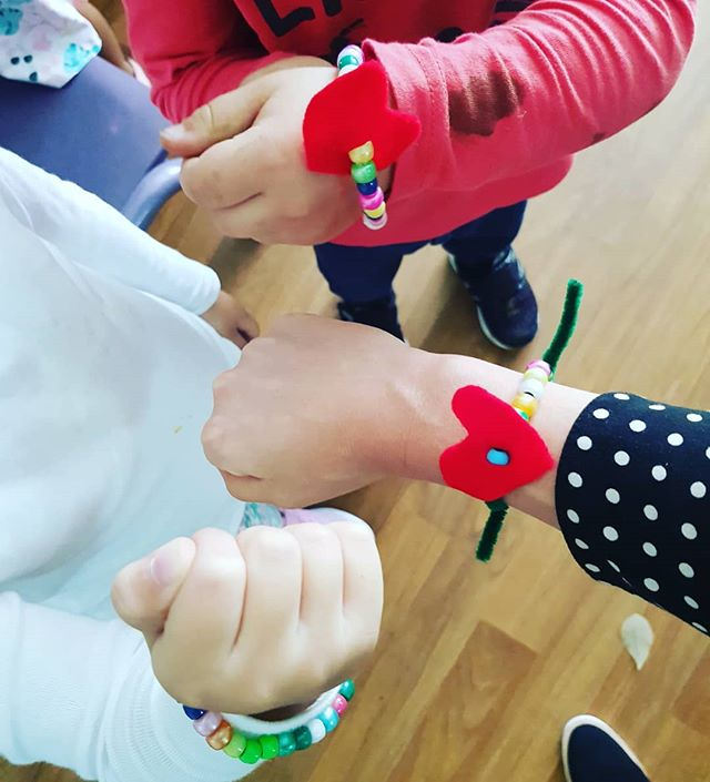 Developing team work, effective communication and fine motor skills with the children through beading. Such a simple experience with so many positive aspects.  The children discussed how they threaded the beads and problem solved together to create their own bracelets #holisticeducation #creativeplay