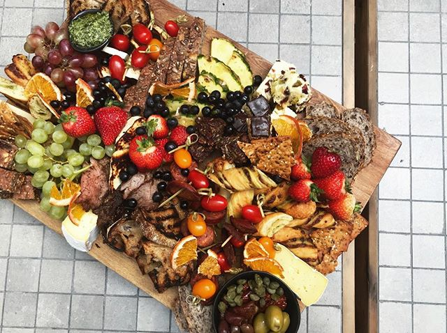 Grab your pals and share a platter 🌿 It's Friday Night 🍓 #parkranger #fridaynight #eatdrinkexplore #sharingiscaring #platter