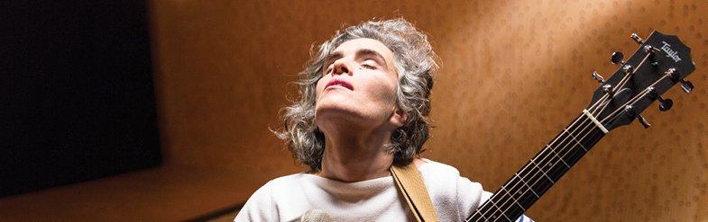 """""""这是一位如诗人般吟唱,有着深刻嗓音 和拓宽吉他的葡萄牙歌手。""""-巴西著名歌手Caetano Veloso"""