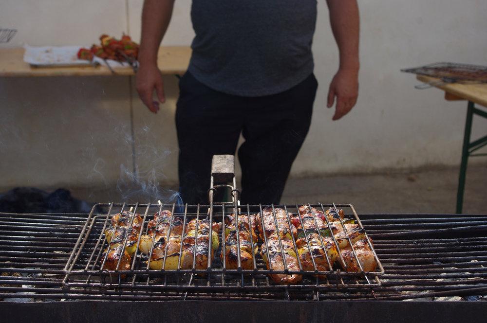 """""""քյաբաբի պես անուշիկ ես """" préparation des chiche-kebabs lors de la kermesse de l'école Hamaskaïne à Beaumont."""