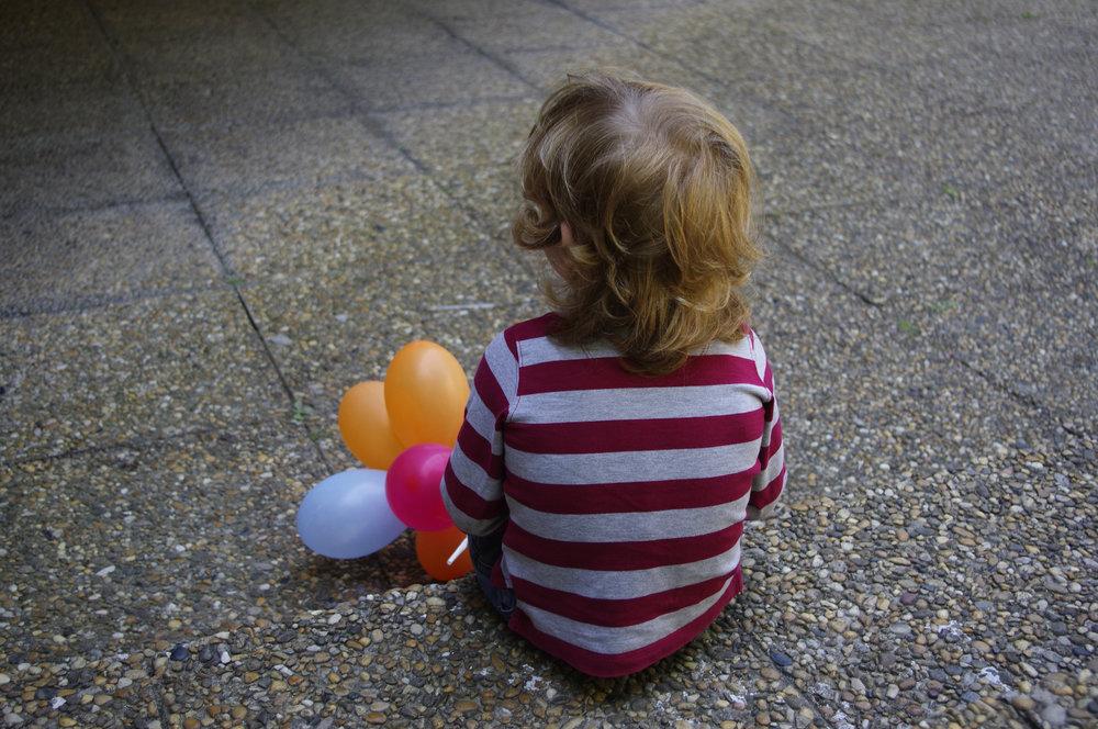 Un enfant dans la cour de l'église du Prado lors de la kermesse de l'école Khatchadour Abovian.