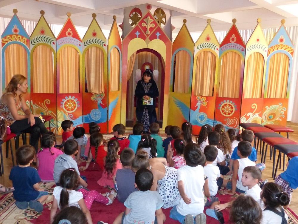 Crianças a escutar um contador de histórias na Biblioteca Nacional Infantil da Arménia. (Rouben Galichian)