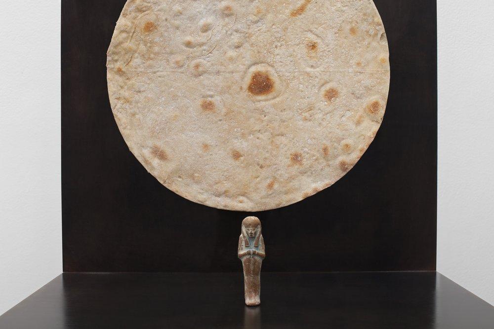 """Gabriel Leger, """"Oushebti"""", Statuette d'oushebti (Egypte antique, IIIè période intermédiaire), pain pita, acier, plexiglas, 40,8 x 30,8 x 41,3 cm, 2015"""