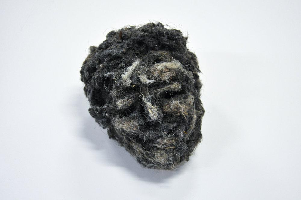 """Lionel Sabatté, """"Sourire en poussière du 20/10/2016"""", poussière, fil de fer, 16 x 20 x 16 cm, 2016"""