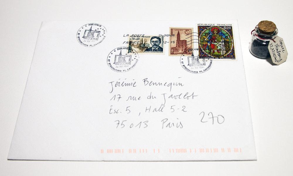 """Jérémie Bennequin, """"7. Voyage, Strasbourg, estompage 217/218, Le Temps retrouvé"""", enveloppe cachetée contenant une page gommée, flacon de poussière de gomme, 15x21 cm,22 et 23 déc. 2015"""