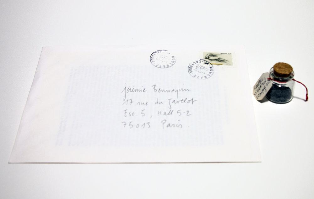 """Jérémie Bennequin, """"Voyage, Houlbec, 25 juil. 2015, estompage 113, Le Temps retrouvé"""", 15x21 cm, enveloppe cachetée contenant une page gommée, flacon de poussière de gomme, 2015."""