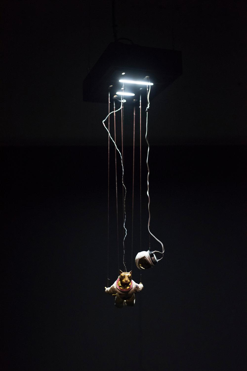 """Nicolas Darrot, """"Apollo"""", matériaux divers et servomoteurs, dispositif sonore, 30 x 70 x 45 cm, 2017."""