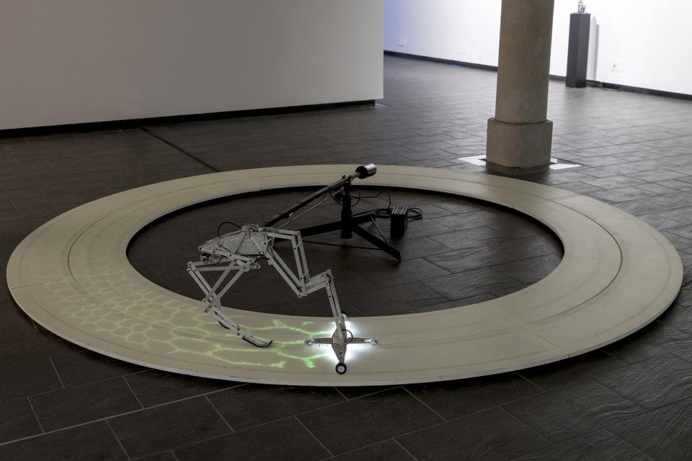 """Nicolas Darrot, """"Les parfums"""", peinture phosphorescente, matériaux divers, programmation Olivier Dadoun, 52 x 380 x 380 cm, 2016."""