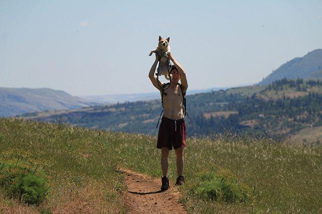 Hiked #CoyoteWall today with these 2 dudes 🌞#washington #columbiarivergorge #sohotrightnow