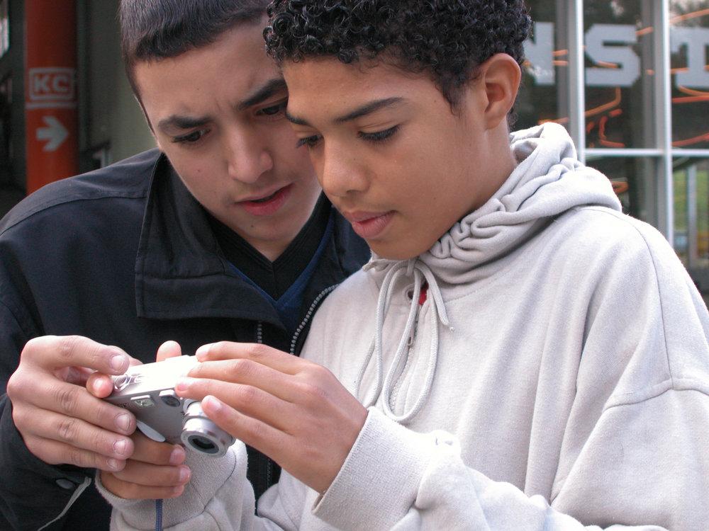 jongens met camera Fotograaf Ralph Kamena.jpg