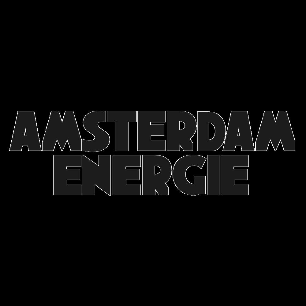 Amsterdam Energie is een energiecoöperatie die wil bijdragen aan een duurzaam en zelfvoorzienend Amsterdam. Rolf Steenwinkel, de directeur, heeft het project helpen kickstarten en heeft geholpen met het vinden van de eerste financiëring