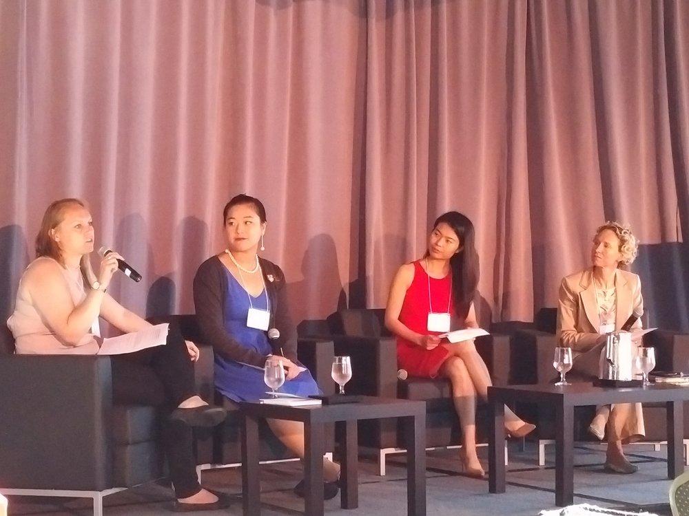 Les diplômées internationales récentes, (   de g. à d.)    Mischka Jacobs, Freya Qi et Christine Qin Yang, parlent de leur expérience internationale et leur passage d'étudiante à professionnelle avec Wendy Luther (extrême droit) présidente et directrice générale d'EduNova
