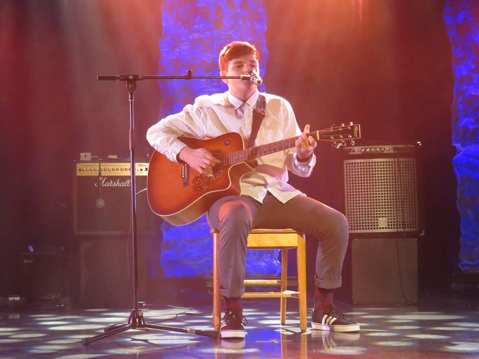 Matis Laroche s'accompagnant à la guitare.