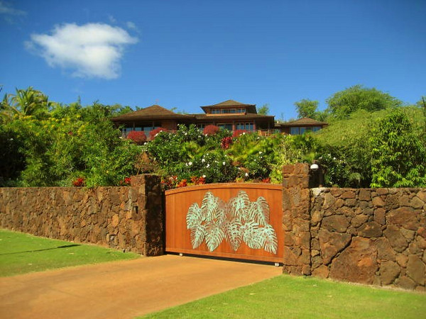 Front gate entrance to Lanai wedding venue