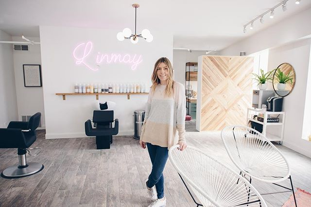 When you design your workspace with intention 🙌🏼 Congrats @linmaystudio on your new boutique salon 💇🏽 I may move in it's just that magical 🧙‍♀️