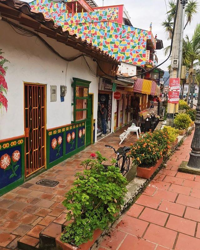 Ok, I'll stop with the colorful small town pics. 😜 . . . #guatapé #Colombia #mytraveldiary #travelblogger #traveldiary_aroundtheworld #myitinerary #antioquiacolombia #SouthAmerica #ElPeñol #instatravel #instagood #traveladdict #Voyadi #iamtb #TravelRepost #travel #colorfultown #smalltown #colorstreet #color #Guatapeiscolor