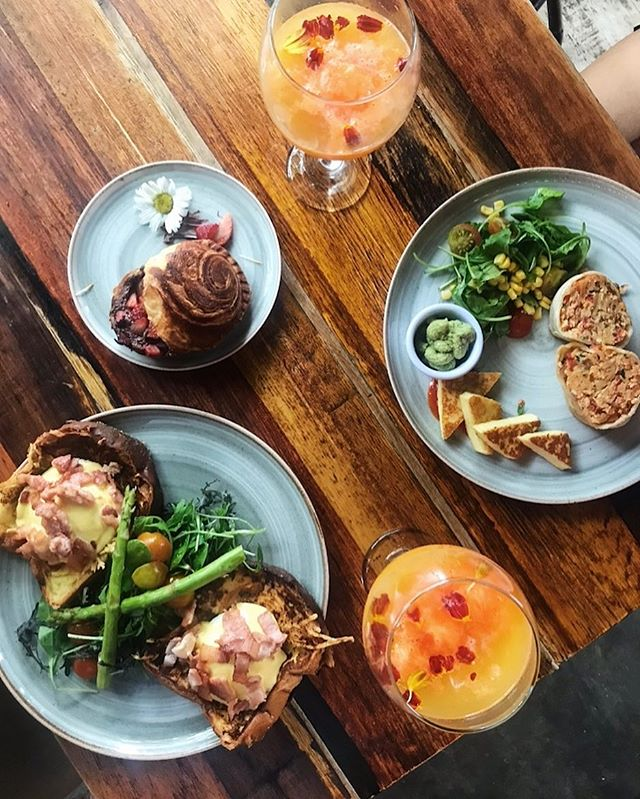 Because food is one of the most important details of a trip! 🍹 . . . #Medellin #El Poblado #antioquiacolombia #Colombia #traveltheworld #myitinerary #mytraveldiary #travelblogger #SouthAmerica #Food #FoodPorn #MedellinFood #Mimosa #Brunchduringtheweek #travelfood #traveljunkie #instafood #instatravel #foodie