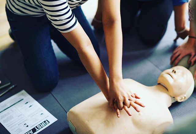 Want to know more about CPR or how to use an AED machine? All alumnae are invited to join the @uwalphaphi chapter on 2/27 at 6:30pm to learn more about these life saving procedures! For more info check out our FB page or DM for more details! #seattlealphaphialumnae #hearthealthmonth