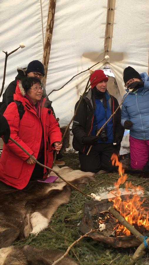 - 然后,我们将进入我们的 Teepee ,在那里,我们将学习如何建立一个火一起 caribou 隐藏&云杉弓形床,分享故事,我们的过去。 (可选) marshmallows 烤