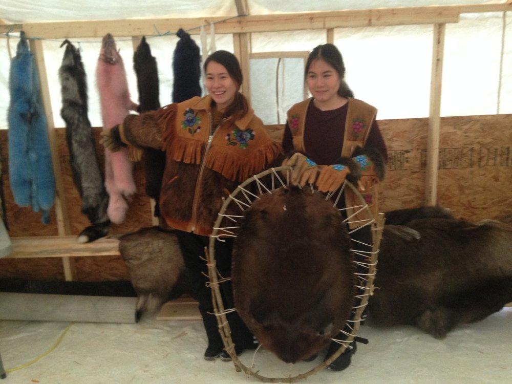 - 从那里我们进入一个加热的 trapper 的帐篷的介绍/ photoshoot 和传统的服装和皮草