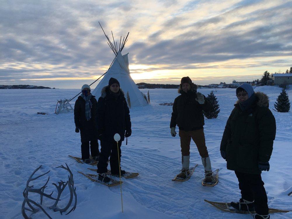 - 我们的 snowshoes 将比分扳平后,在帐篷里,我们去游览附近的动物跟踪和学习的时间链中,从古代到现代的陷阱和它们如何工作