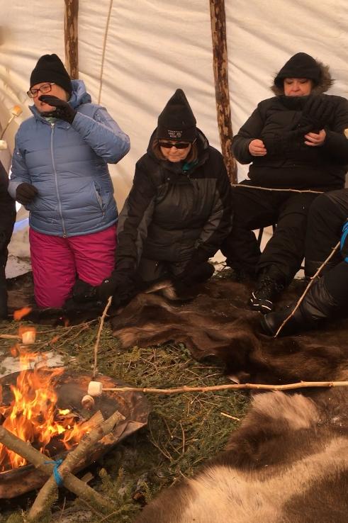 - 经过几多个土著运动会我们聚集在 Teepee ,以建立一个火警的 caribou spruce 的弓形件和隐藏的床铺! (可选) marshmallows 烤