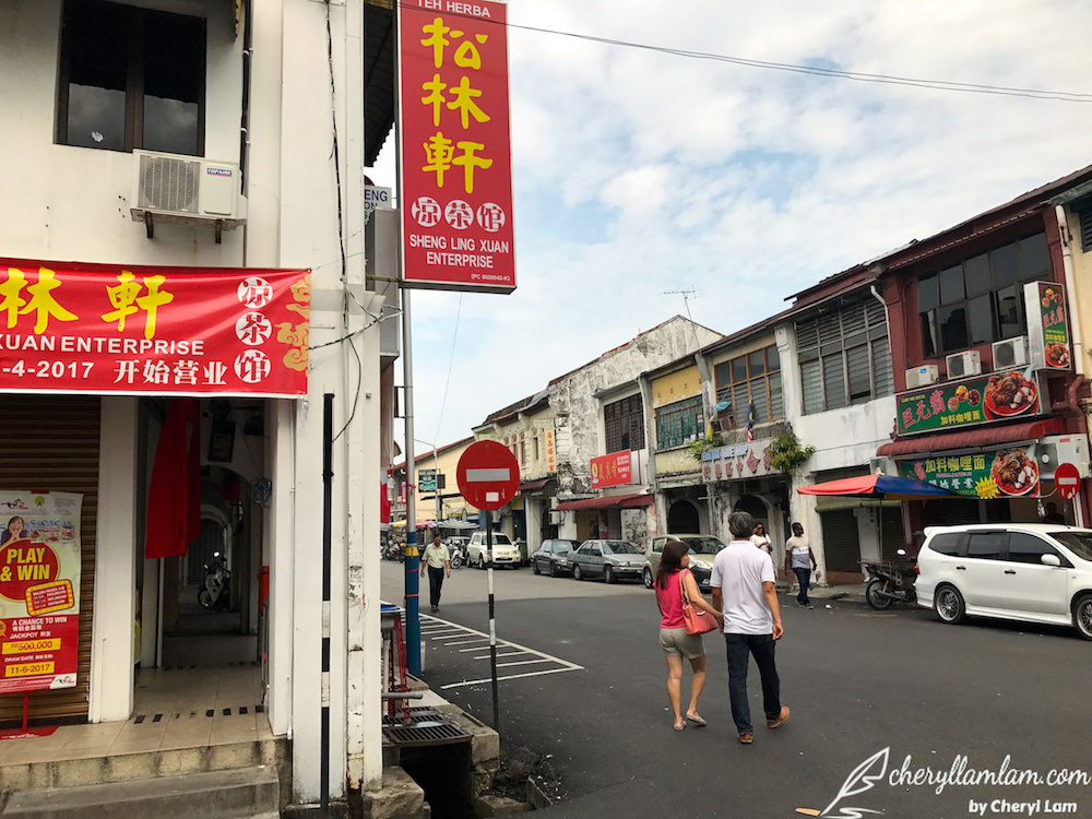 The 'Giant Curry Mee' shop is located just opposite of the famous Sheng Ling Xuan Herbal Tea shop in Penang.