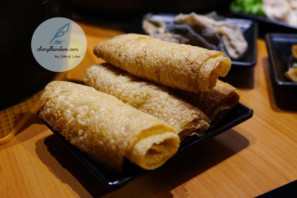 Their signature deep fried beancurd roll (秘制现炸响铃卷)
