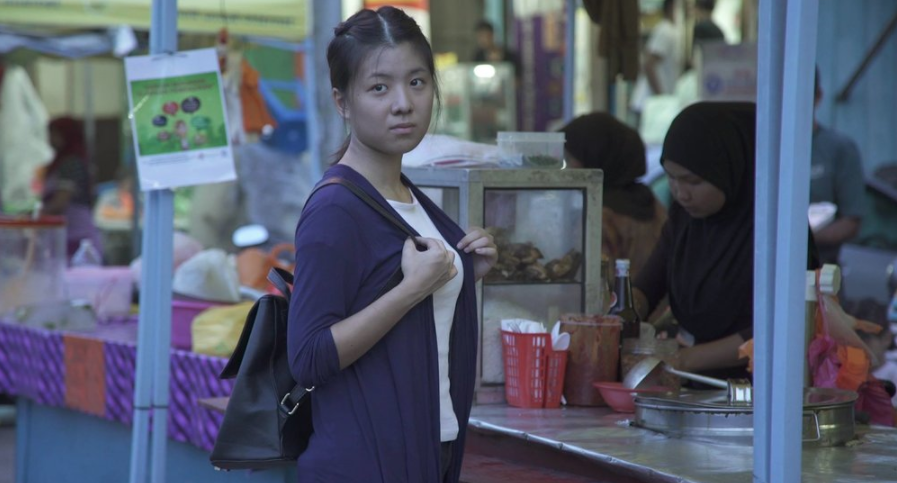 "Annie Ma / Malaysia / 2016 / Mandarin / 16min   A love story between a chinese girl and malay boy and how they cope with family and social pressure.   Director:  Annie Ma is a graduate fromNew Era College University Drama and Visual Department.""Bunga Raya"" is her final short film project and was inspired by Yasmin Ahmad."
