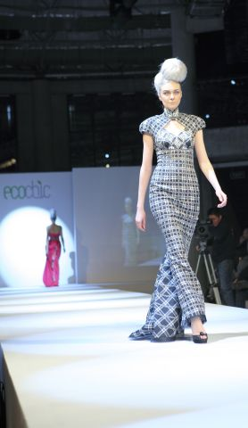 49-lu-kun-bamboo-gingham-and-plaid-muslin-strapless-piped-gown-with-train.jpg