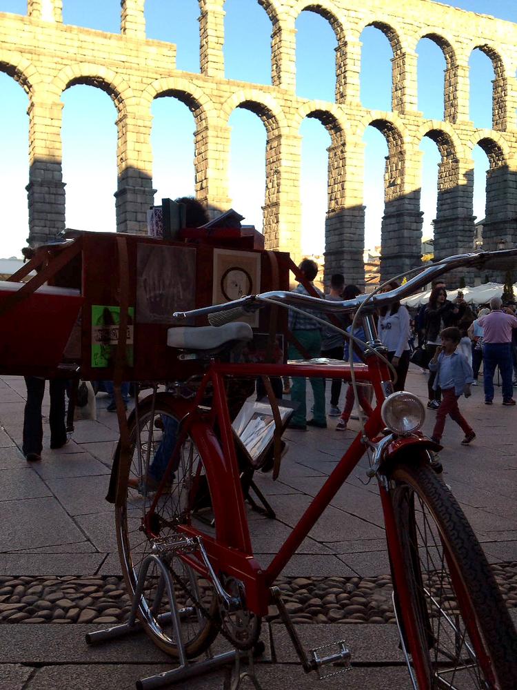 Segovia_bici-y-acueducto-cerca.jpg