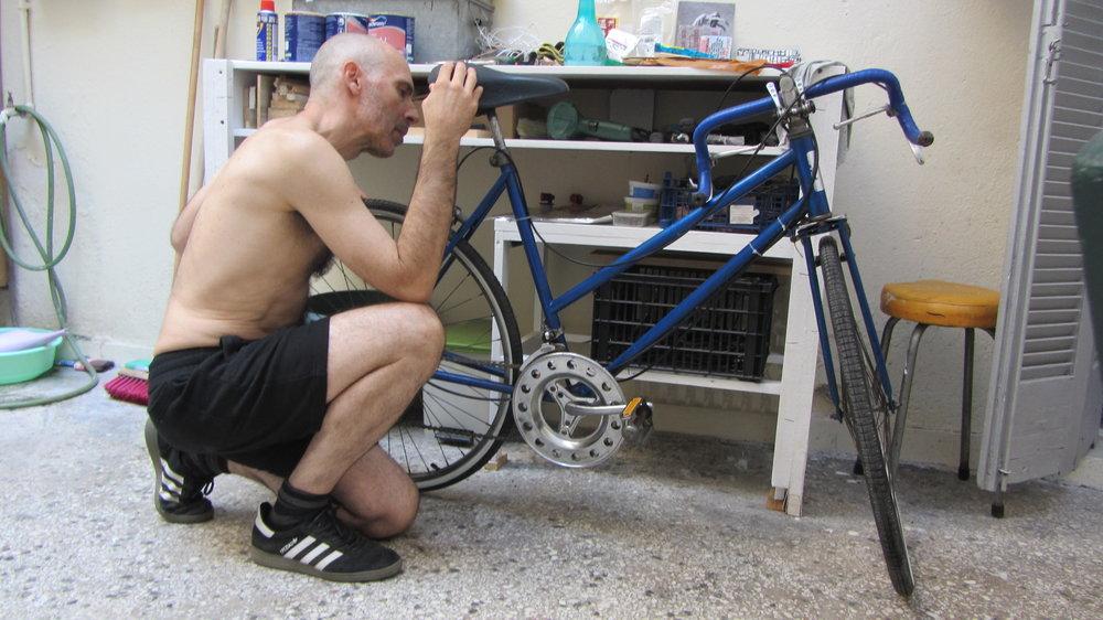 Nuestro querido Javier Pérez Aranda pensando como adaptar la bici para nuestra caja