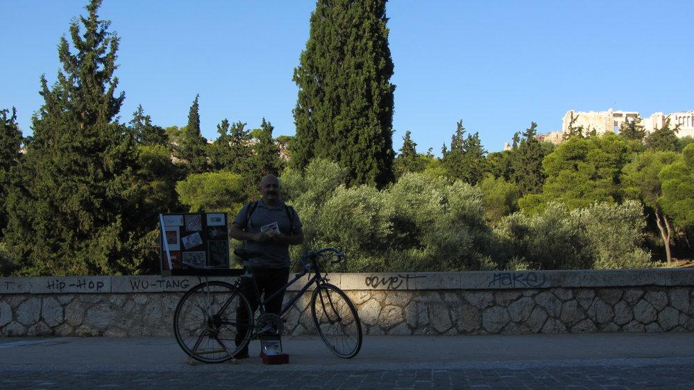 Posando frente a la Acrópolis