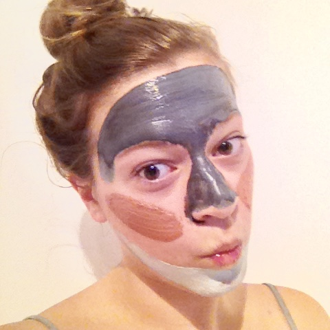 I used the L'oréal Pure Clay Mask in black on my T-zone, since this is a detoxifying mask. The green mask on the area around my skin since that is a purifying mask and I do have some blemishes there. And the red, exfoliating mask on my cheeks.