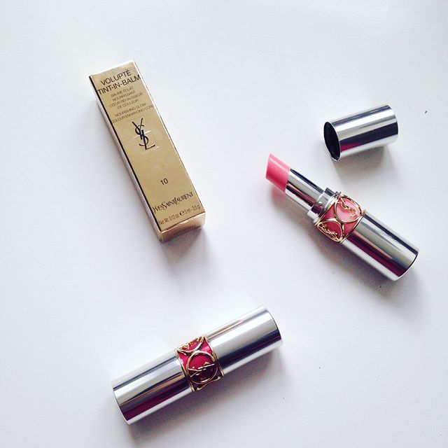 Since I've almost completely used up my very beloved Kiehls Butterstick Lip Treatment, I decided to pick up some of the YSl Volupté Tint-In-Balm Lipsticks. And boy oh boy are they good!!! They have a very pleasant smell and taste (and not too overwhelming), they are very nourishing and leave a beautiful hint of colour on the lips. And they are just so pretty!!! The tube is absolutely gorgeous and the little lips detail at the center is really fun as well. -N • • • #ysl #yvessaintlaurent #lipbalm #tintinbalm #lipstick #pretty #highend #luxury #luxurybrand #makeup #makeupjunkie #makeuplover #yvessaintlaurentvoluptetintinbalm #beauty #beautyblogger #bblogger #beautyblog #belgianblogger #blogueusebelge #belgischeblogger #details #beautydiablog