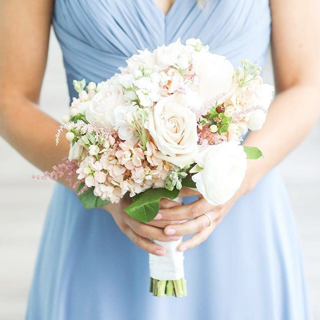 I missed posting on the first day of spring 🤦🏼‍♀️....mostly because it still feels like winter! So I am making it up on this #floralfriday, by posting the perfect spring bouquet! Photography: @olga_thomas_photography Bouquet: @impressionsbyestherflemming