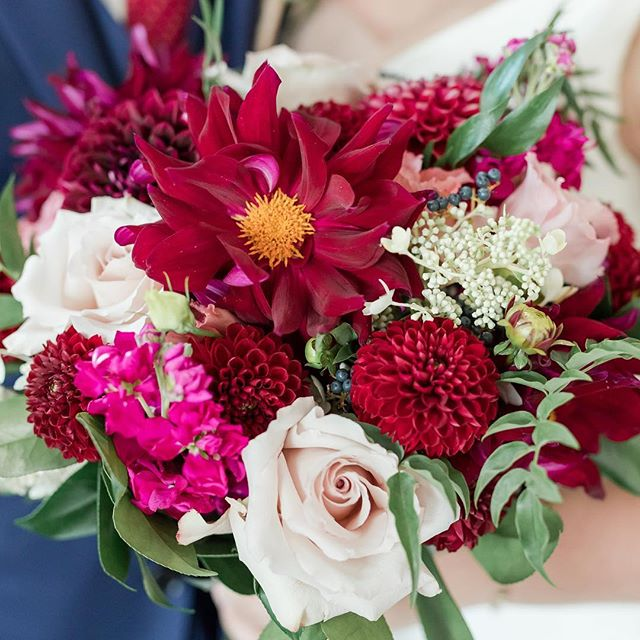 I haven't done a #flowerfriday in awhile, but coming back strong with this amazing bouquet from @daffodilparker! It's the perfect color palette for any late summer wedding! Photography: @maisonmeredith