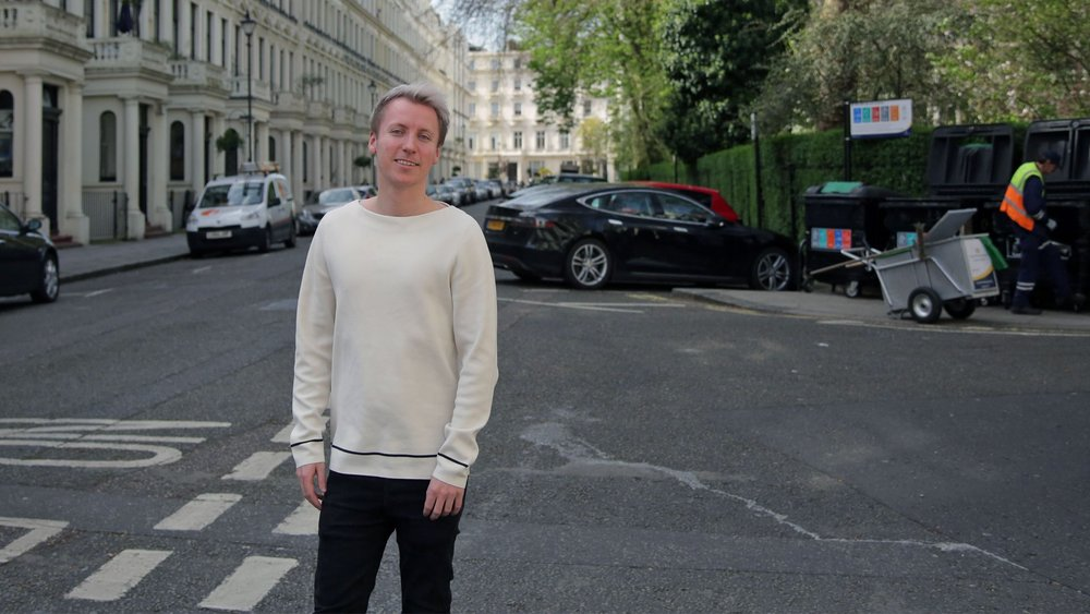Jonas Gjelstad in Bayswater, London. The park on the right is the residents' own. Photo: Webjørn S. Espeland, NRK P3