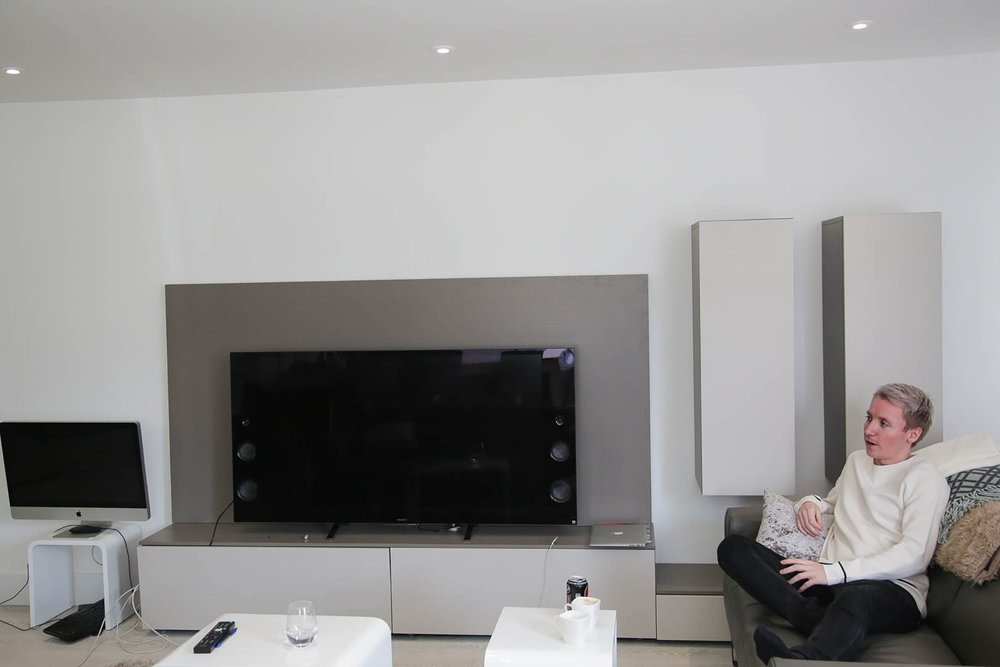 There is not a lack screens in the apartment. Photo: Webjørn S. Espeland, NRK P3