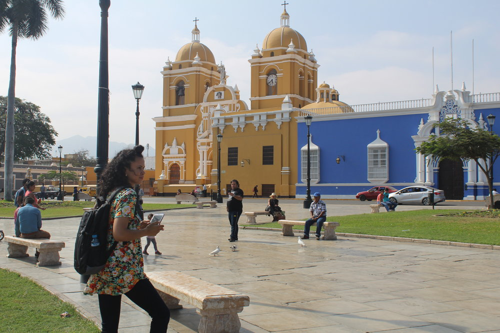 Sasha Mills in la plaza de armas of Trujillo, Peru