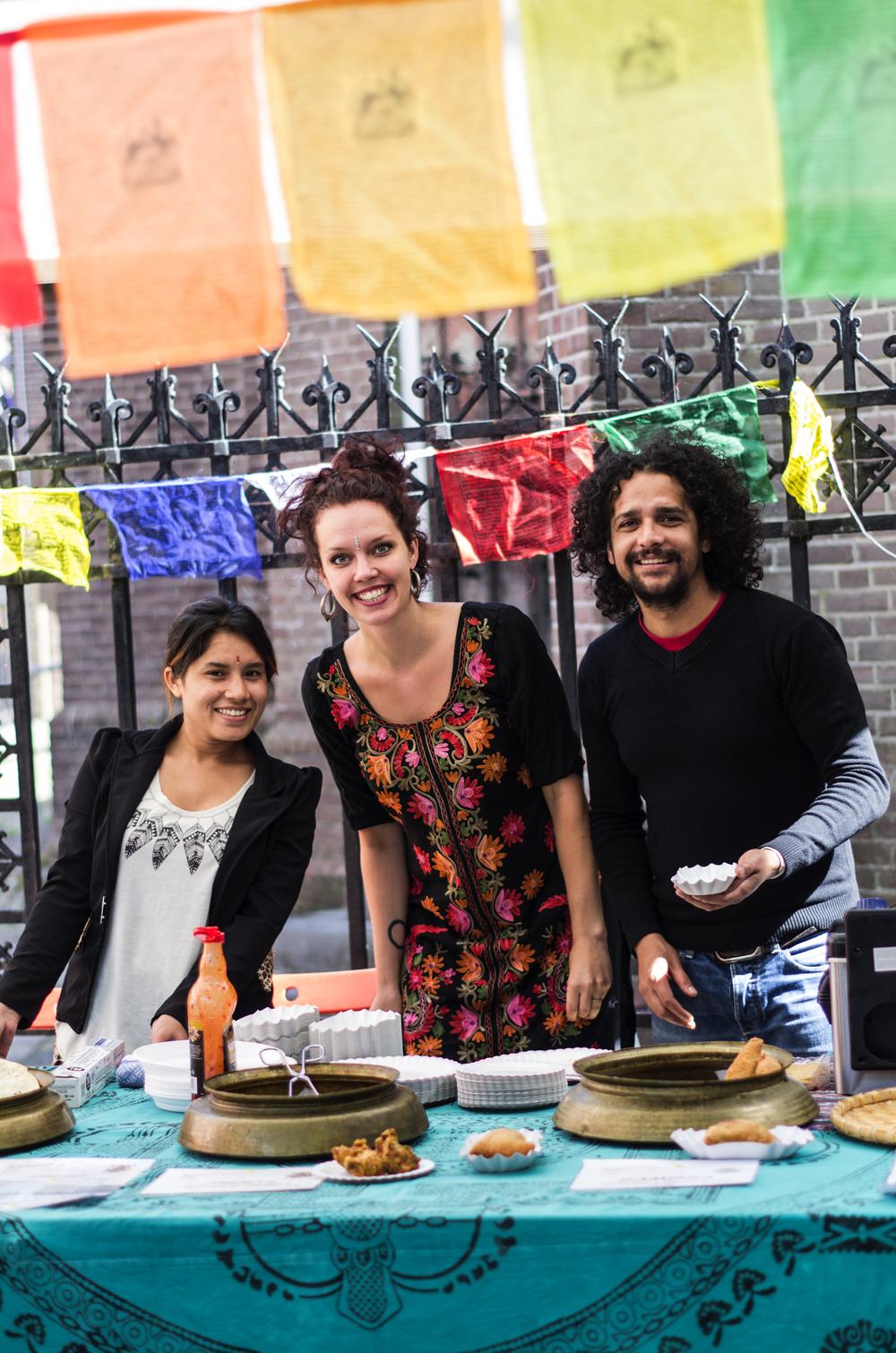 De Roos van Pokhara verkocht heerlijke Nepalese snacks tijdens Enkhuizen helpt Nepal.