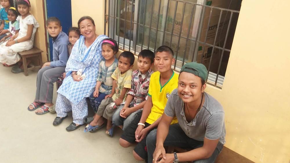 Yogen en Shashie met kinderen van Baby life home.
